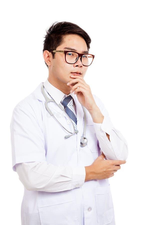 Asiatischer männlicher Doktor haben Gedankennote sein Kinn stockfoto