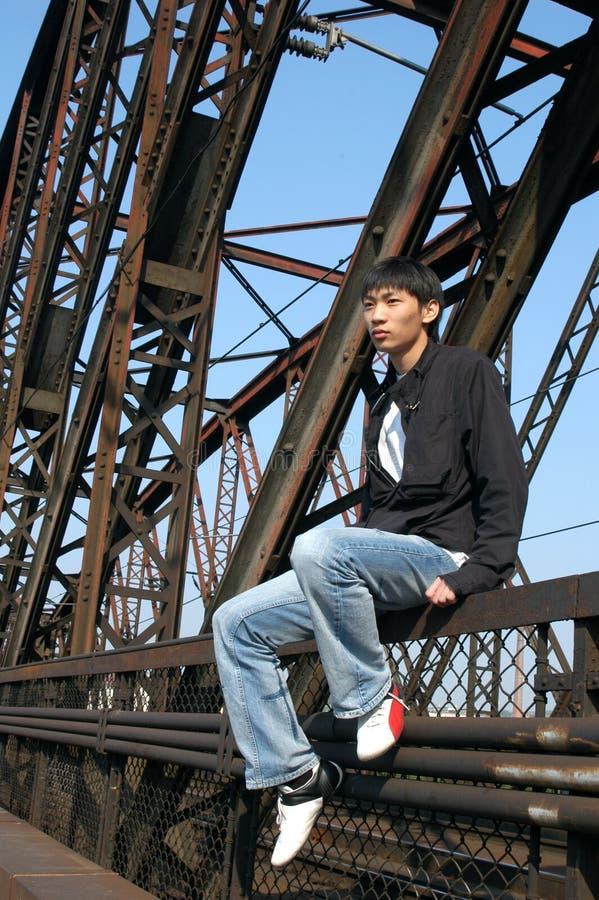 Asiatischer Mann auf der Brücke stockfotos