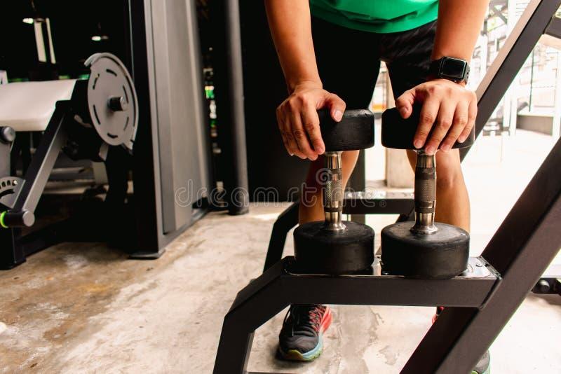 Asiatischer Mann Bodybuilder mit Dummkopf belastet Energie hübsches athle stockfotos