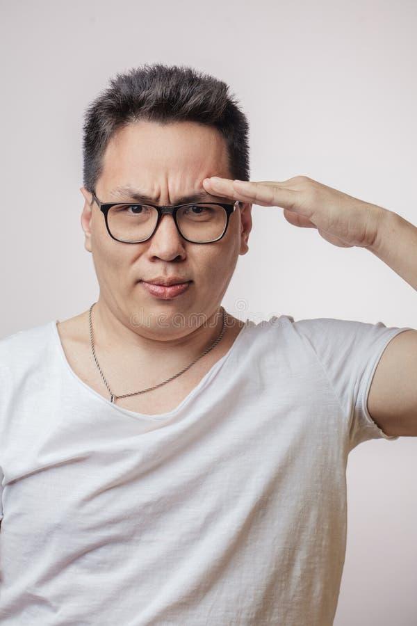 Asiatischer Mann in der Grußhaltung, bereiten vor, um die Bestellung zu erfüllen lizenzfreie stockfotos