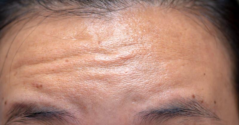 Asiatischer Mann der Nahaufnahme mit die Stirn runzeln er Stirn stockbild