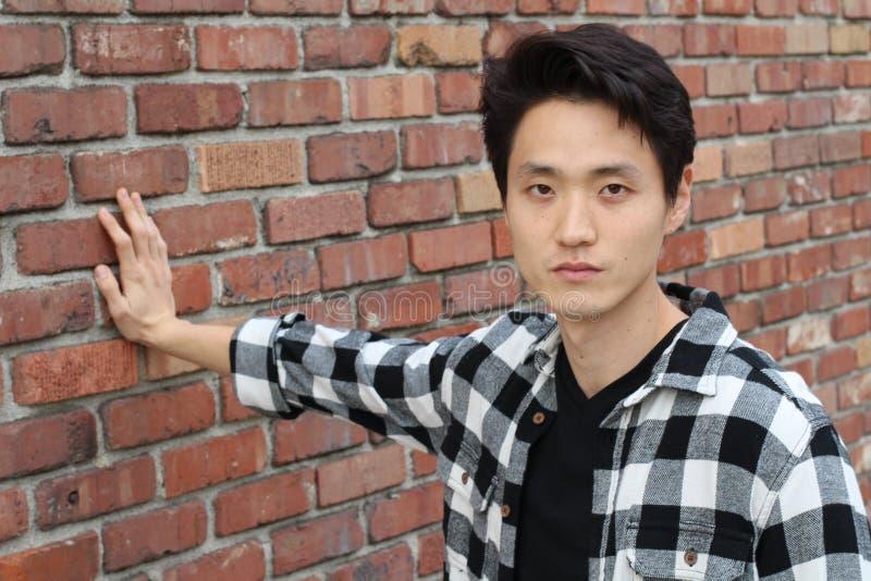 Asiatischer Mann, der neutrale Ausdrucknahaufnahme mit Kopienraum zeigt stockfotos