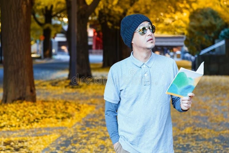 Asiatischer Mann in einem Polo-T-Shirt geht in eine Straße stockfotos