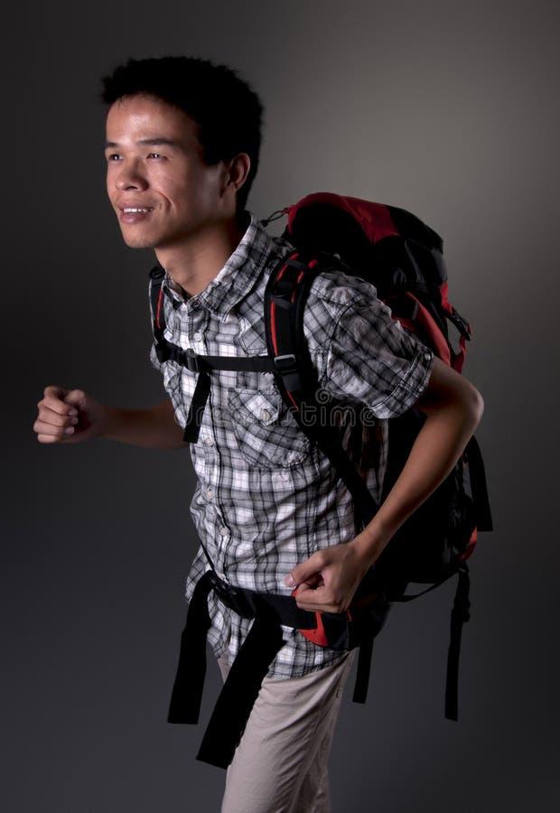 Asiatischer Mann-gehendes Wandern lizenzfreie stockfotografie