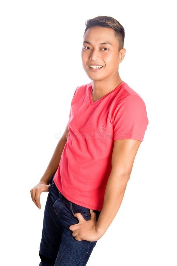 Asiatischer Mann im roten beiläufigen T-Shirt lizenzfreies stockfoto