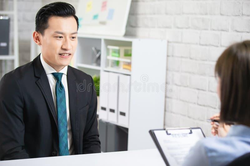 Junger Asiatischer Teenie Bei Interview