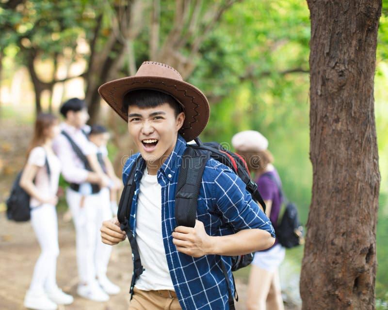 asiatischer Mann mit dem Rucksack, der im Wald wandert stockfotos