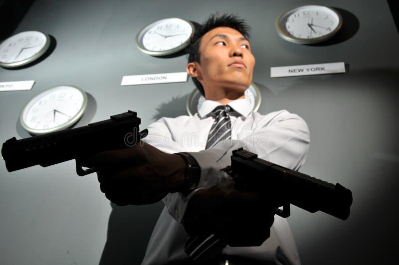 Asiatischer Mann mit einer Gewehr - Stichtag! lizenzfreie stockbilder