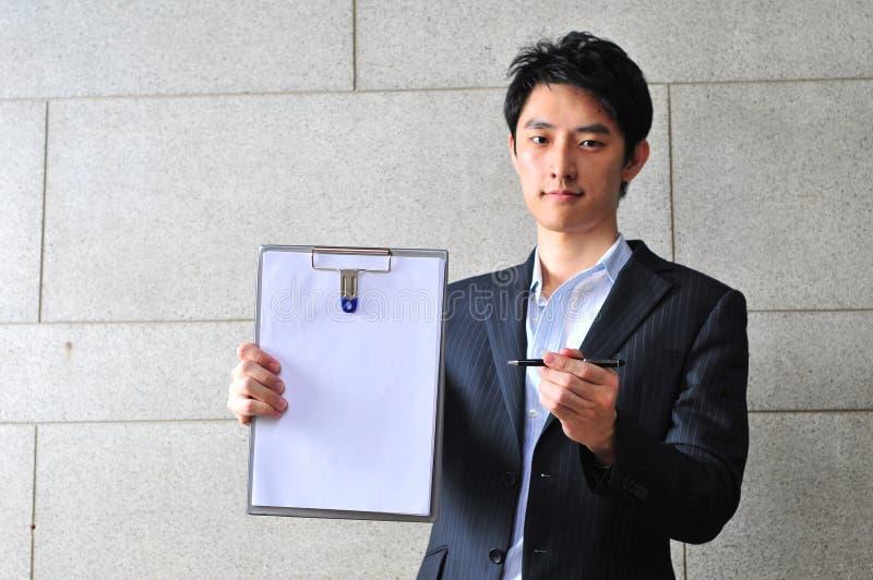 Asiatischer Mann mit Klemmbrett bitten um Unterzeichnung lizenzfreies stockfoto