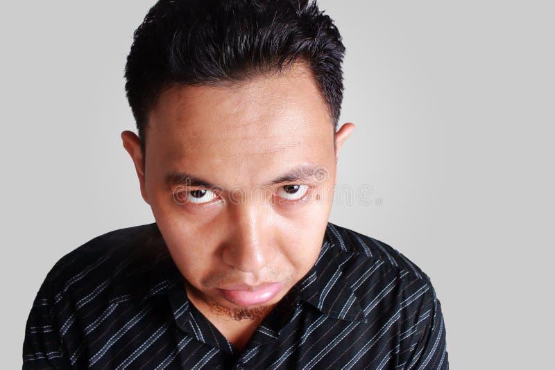 Asiatischer Mann mit lustigem nettem traurigem Gesicht stockfoto