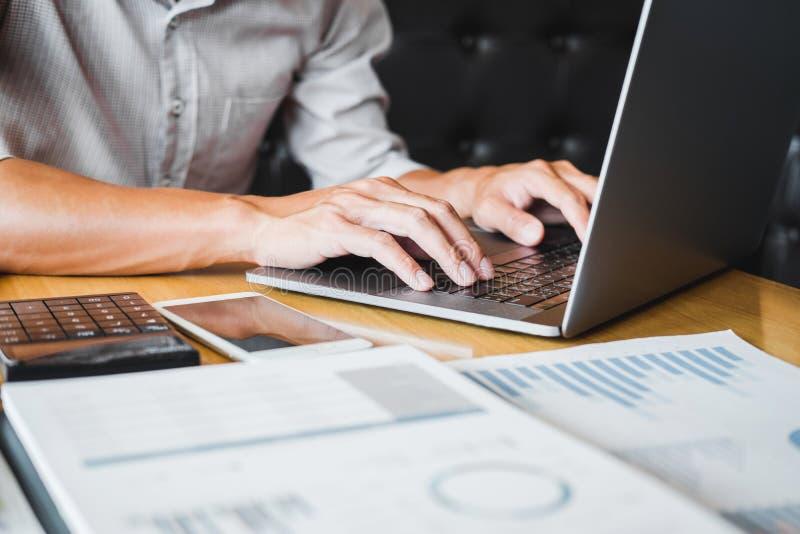 Asiatischer Mann unter Verwendung der Laptop-Computers, die an seiner neuen Projektidee in der Caf?funktion arbeitet stockfotos