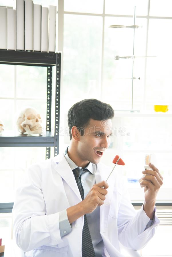 Asiatischer Mannwissenschaftler, -forscher, -techniker, -zahnarzt oder -student mit aufregendem Gesicht leiteten Forschung oder E stockfoto