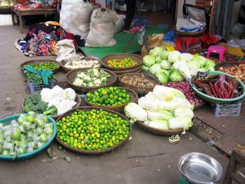 Asiatischer Markt-Stall in Kambodscha, das Frucht und Veg verkauft stockbilder