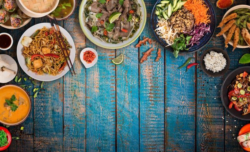 Asiatischer Nahrungsmittelhintergrund mit verschiedenen Bestandteilen auf rustikalem Holztisch, Draufsicht lizenzfreie stockfotografie