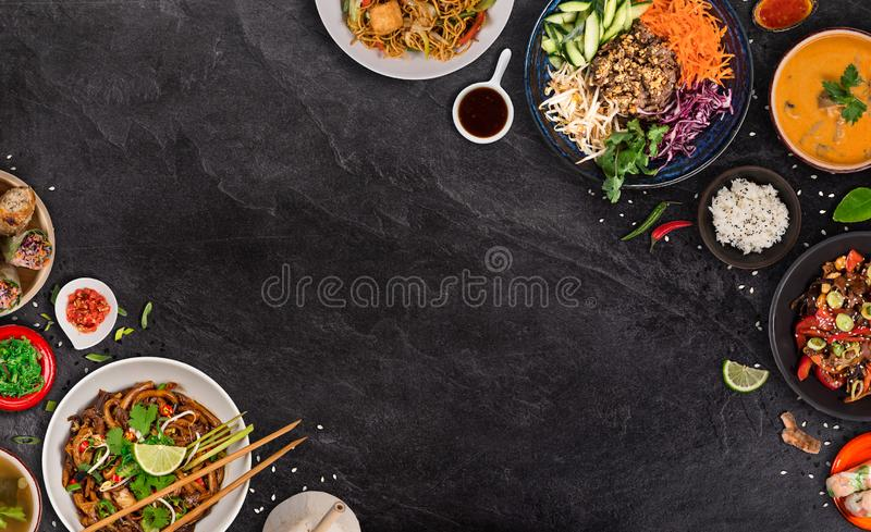 Asiatischer Nahrungsmittelhintergrund mit verschiedenen Bestandteilen auf rustikalem Steinhintergrund, Draufsicht stockfoto