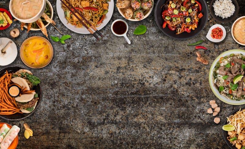 Asiatischer Nahrungsmittelhintergrund mit verschiedenen Bestandteilen auf rustikalem Steinhintergrund, Draufsicht stockbild