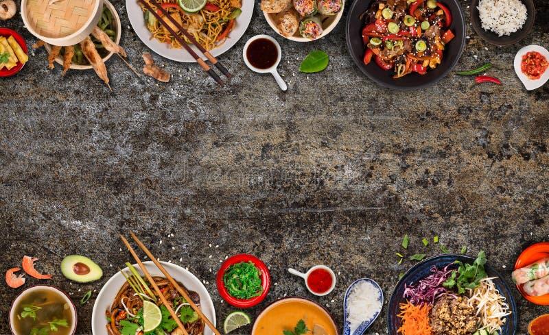 Asiatischer Nahrungsmittelhintergrund mit verschiedenen Bestandteilen auf rustikalem Steinhintergrund, Draufsicht stockbilder