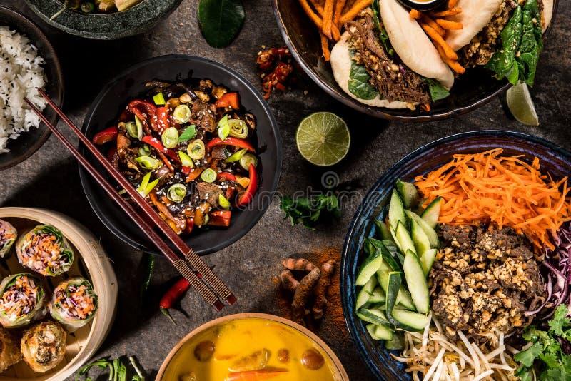 Asiatischer Nahrungsmittelhintergrund mit verschiedenen Bestandteilen auf rustikalem Steinhintergrund, Draufsicht lizenzfreie stockbilder