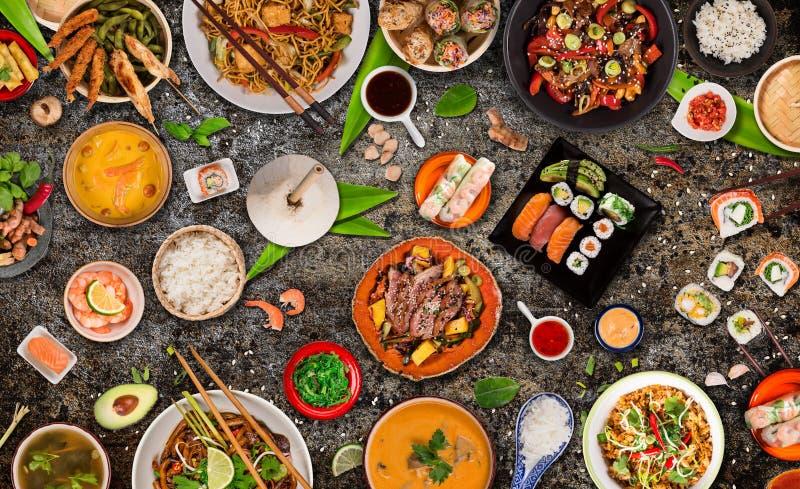Asiatischer Nahrungsmittelhintergrund mit verschiedenen Bestandteilen auf rustikalem Steinhintergrund, Draufsicht stockfotografie
