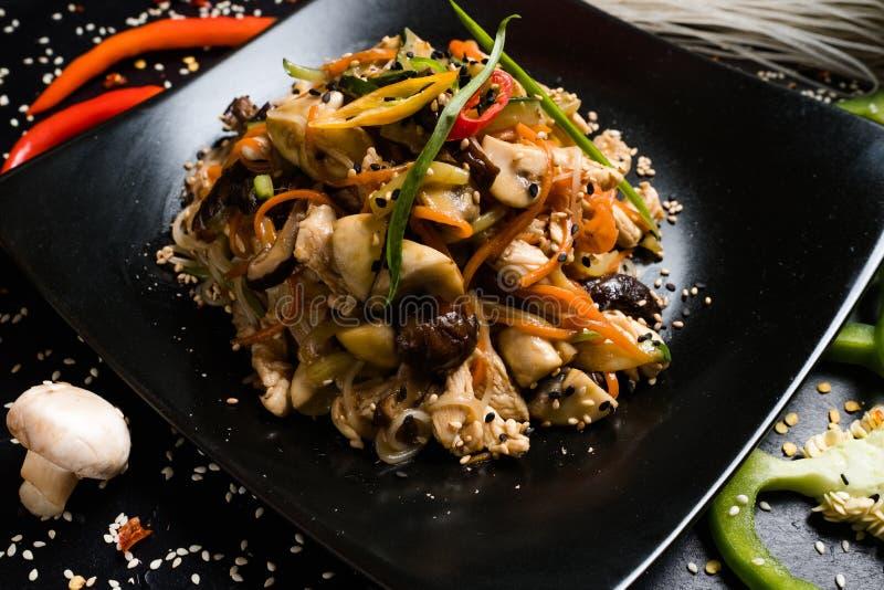 Asiatischer Restaurantmenühühnergemüsesalat stockfoto