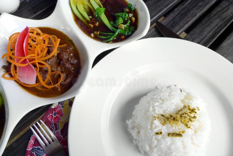 Asiatischer Rindfleischteller u. -gemüse stellten Mahlzeit ein lizenzfreie stockbilder