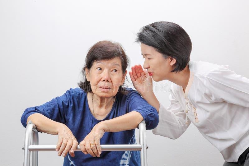 Asiatischer Seniorfrauen-Verlust der Hörfähigkeit, schwerhörig lizenzfreie stockfotos
