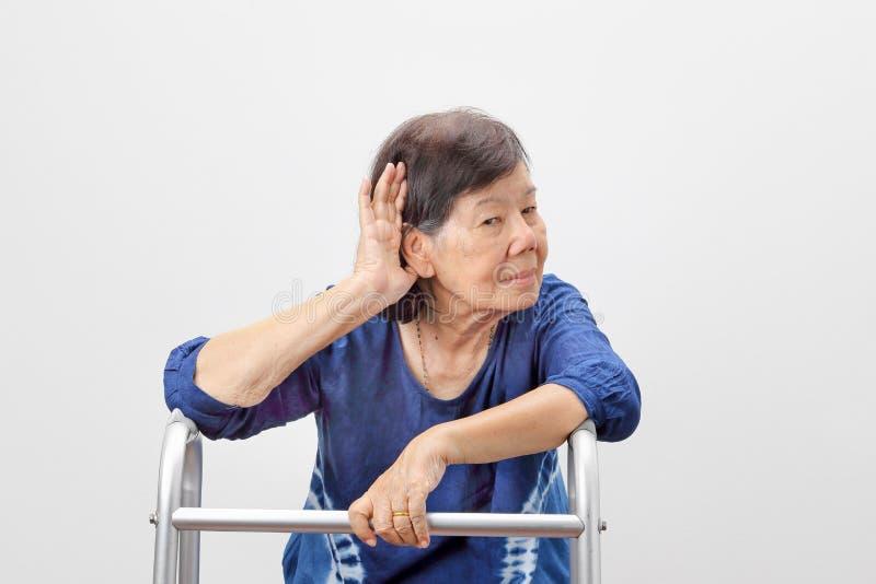 Asiatischer Seniorfrauen-Verlust der Hörfähigkeit, schwerhörig stockfotografie