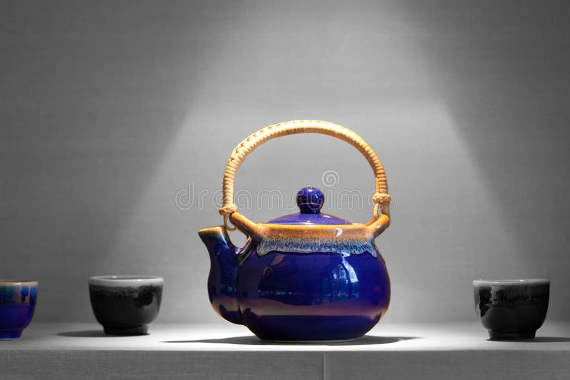 Asiatischer Teetopf mit Schalen stockbilder