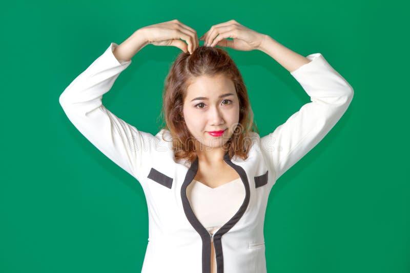 Asiatischer thailändischer Damenoffizier mit dem Geschäftsabnutzungsfungieren stockbilder