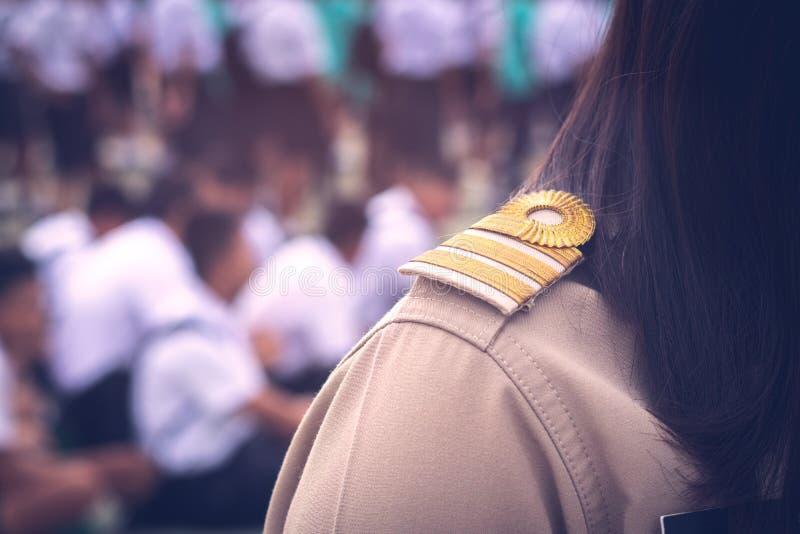 Asiatischer thailändischer Lehrer in der offiziellen Uniform stockfotos