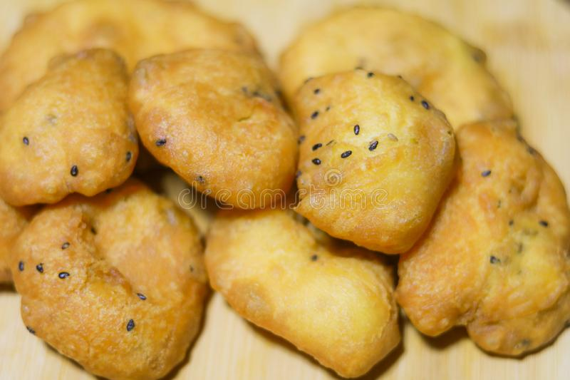 Asiatischer traditioneller Nahrungabschluß oben des frittierten hölzernen Hintergrundes des Teigstockes Â, Imbiss oder Frühstück  lizenzfreie stockfotografie