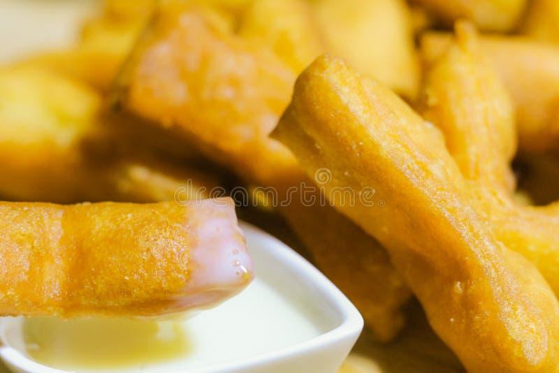 Asiatischer traditioneller Nahrungabschluß oben des frittierten Teigstockes und so stockfotos