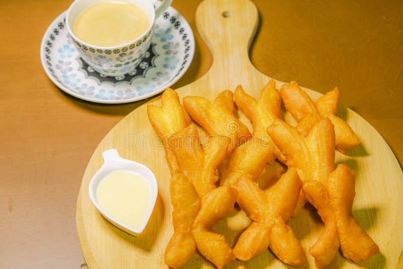 Asiatischer traditioneller Nahrungabschluß oben des frittierten Teigstockes und so lizenzfreies stockbild