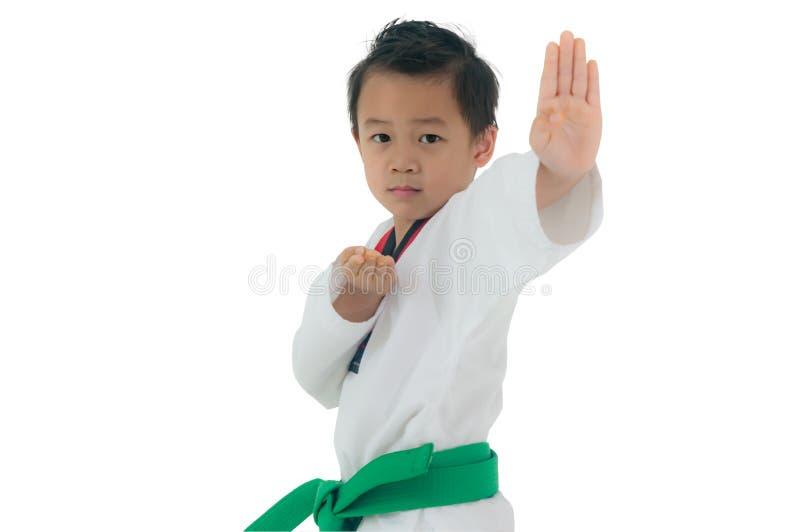 Asiatischer verantwortlicher Junge bereiten tragender weißer Taekwondo-Anzug vor, um zu kämpfen, I stockbild