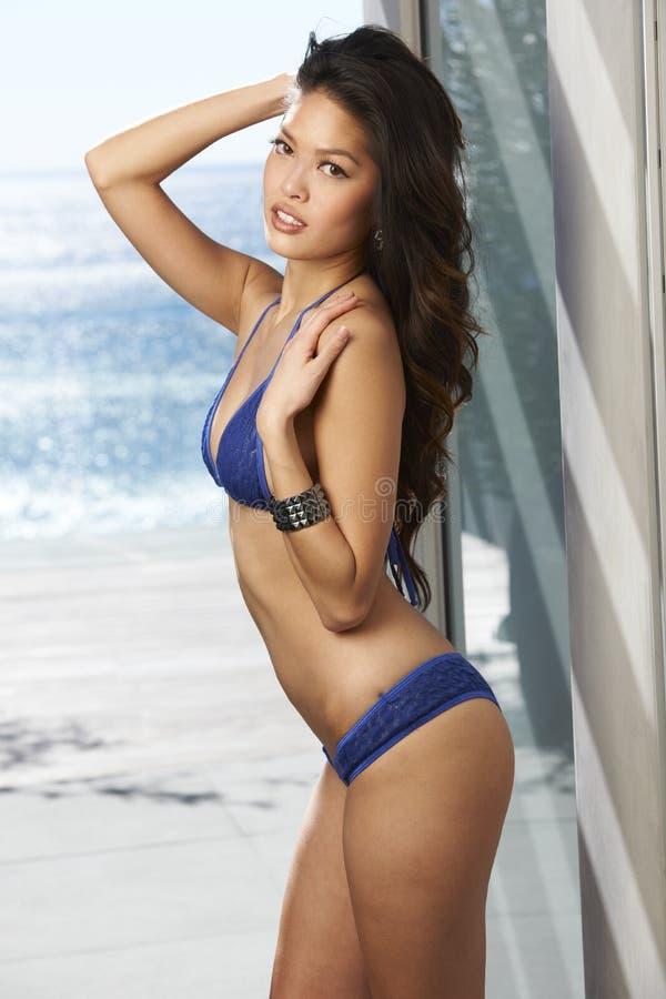 Asiatischer vorbildlicher blauer Bikini stockfoto