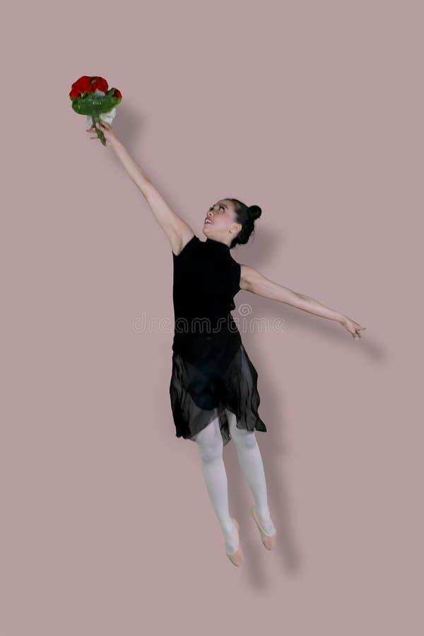 Asiatischer weiblicher Balletttänzer tanzt mit Blumenstraußblume lizenzfreie stockbilder