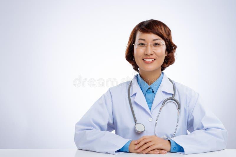 Asiatischer weiblicher Doktor lizenzfreies stockfoto