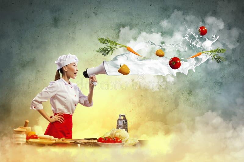 Asiatischer weiblicher Koch, der Megaphon hält lizenzfreies stockfoto