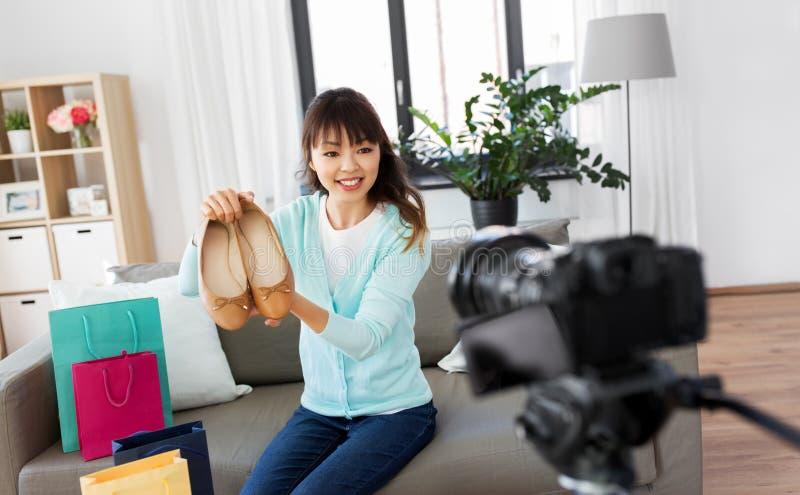 Asiatischer weiblicher Mode Blogger, der Video von den Schuhen herstellt stockfotografie
