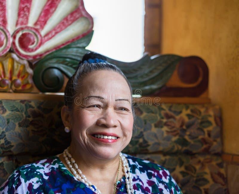 Asiatisches älteres Frauenlächeln lizenzfreies stockbild