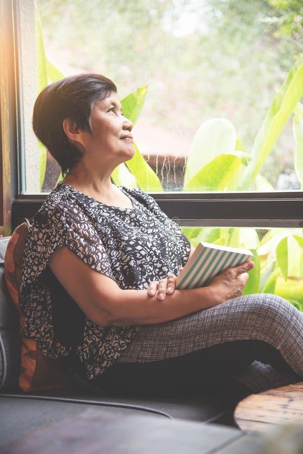 Asiatisches älteres Frauenlächeln des Glückes stockbild