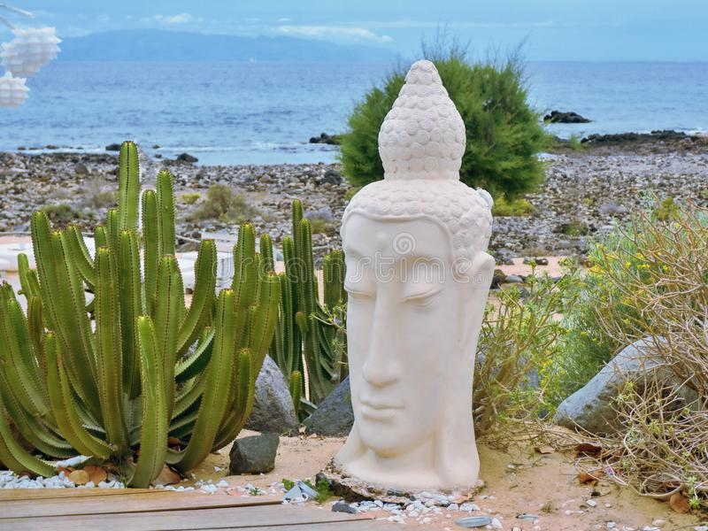 Asiatisches Ambiente am Eingang eines strandnahen Erholungsortes in der Palme Mrz auf Teneriffa lizenzfreie stockbilder