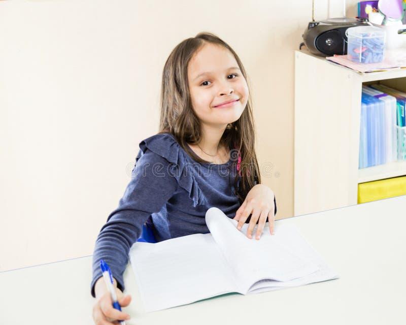 Asiatisches amerikanisches Mädchen in der Schule lizenzfreies stockbild