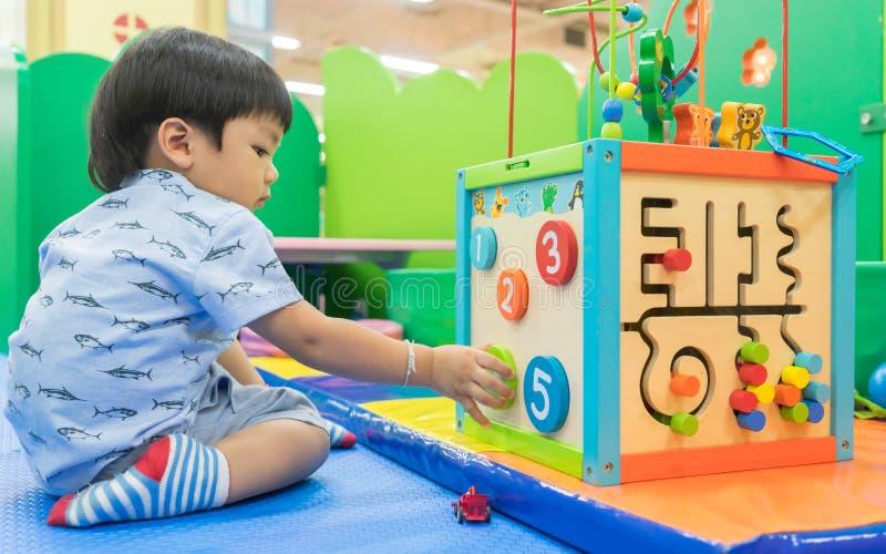 Asiatisches Baby, das mit pädagogischem Spielzeug spielt lizenzfreie stockbilder