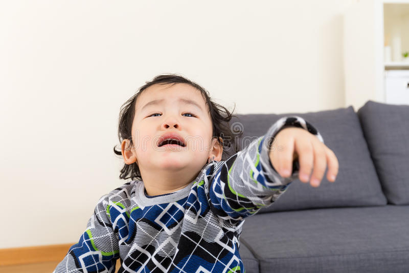 Asiatisches Babygefühlsumkippen stockbild