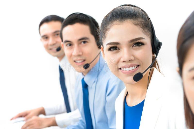 Asiatisches Call-Center- oder Telemarketerteam lizenzfreie stockbilder