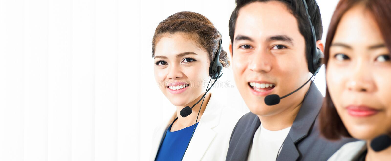 Asiatisches Call-Center Telemarketerteam stockbild