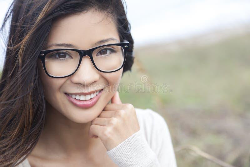 Asiatisches Chinesin-Mädchen-tragende Aussenseiter-Gläser lizenzfreie stockfotos