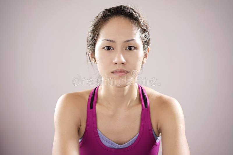 Asiatisches chinesisches Gefühl des weiblichen Athleten demotiviert und Anstarren int stockbild