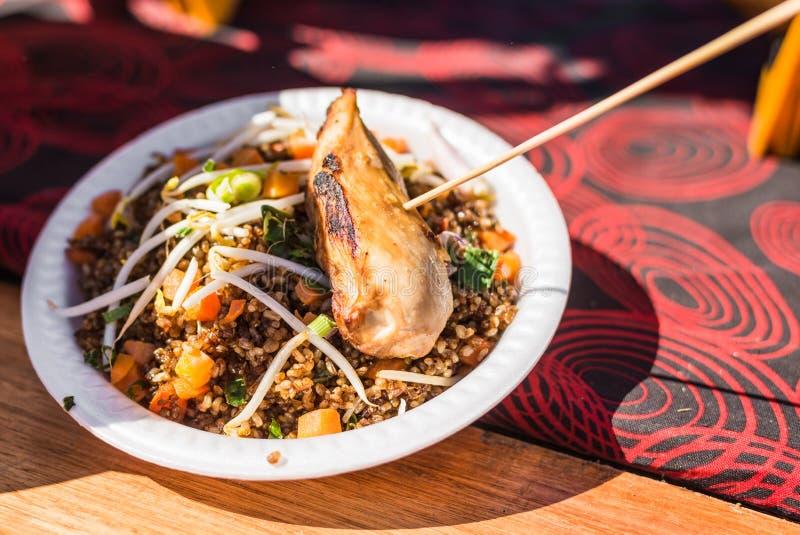 Asiatisches chinesisches Huhn mit Naturreis an einem Straßennahrungsmittelmarkt stockbild